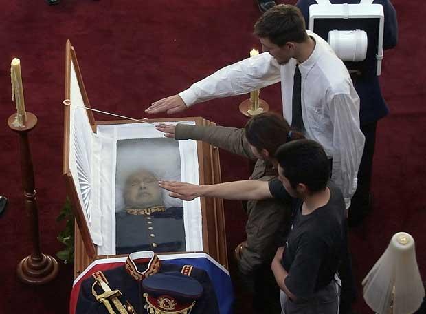 Tres j venes hacen el saludo fascista ante el ata d de for Casa musica chile