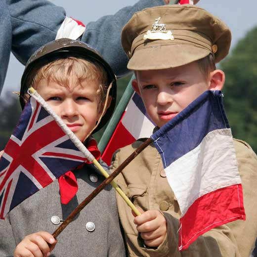 Dos ni os franceses hacen ondear la bandera de su pa s - Baneras con cambiador para bebes ...