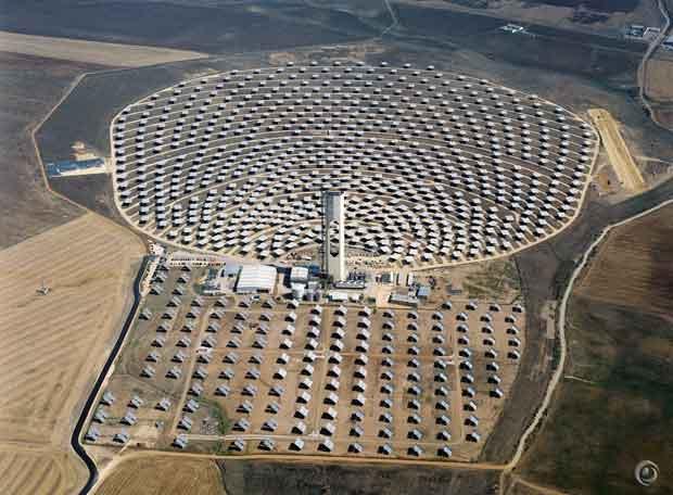 Vista a rea de los heli statos de la empresa abengoa - Centrale solare a specchi piani ...