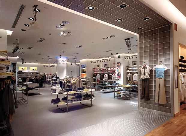 f7db9a33d Interior de una tienda de ropa de niños del grupo Zara.