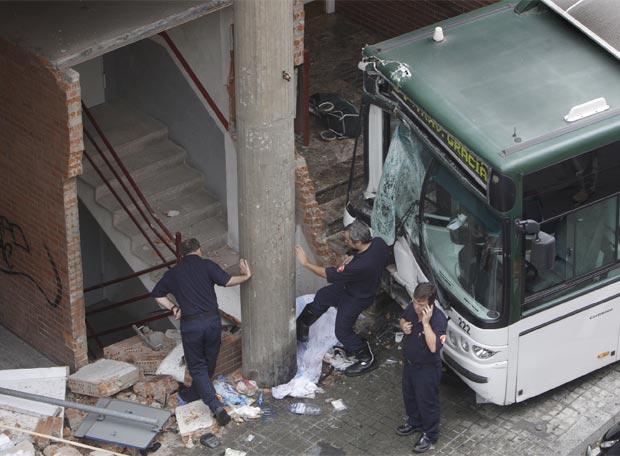 Un Autobus Accidentado En El Carmel Barcelona Edicion