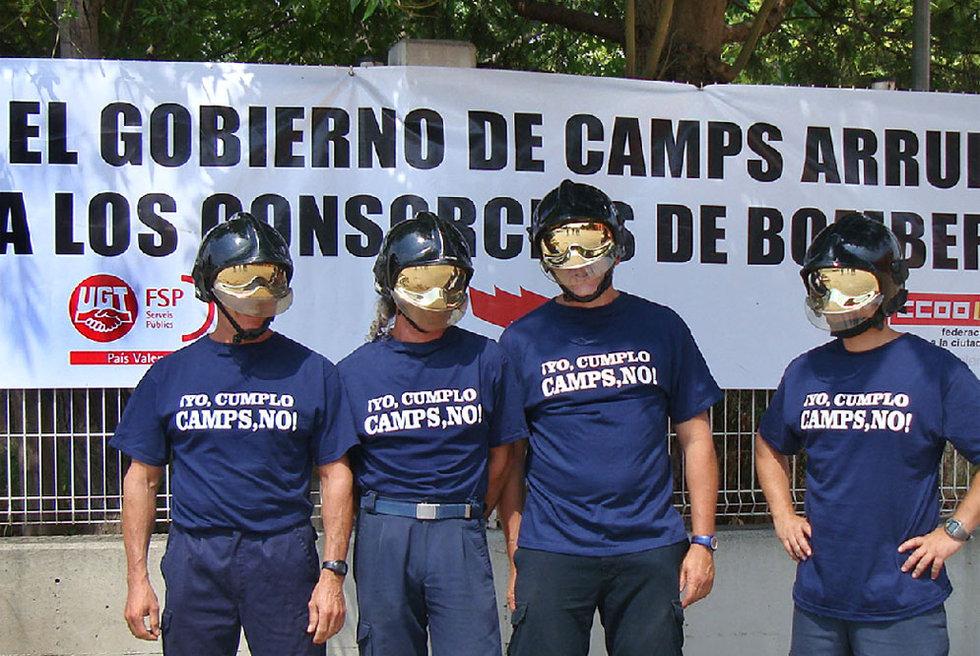 32d04d10259b2 Cuatro bomberos valencianos ante una pancarta y con camisetas con el ...