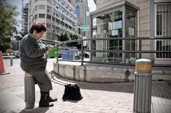 Colas moderadas frente a las oficinas bancarias pese a la for Buscador oficinas bancarias