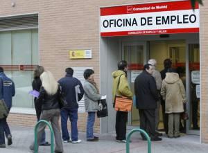 La falta de empleo eleva la emigraci n de j venes un 41 for Oficina del paro murcia