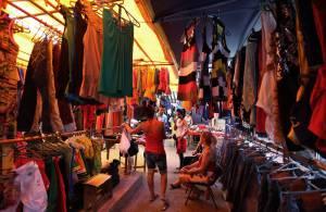 d283c0745a Compradores observan algunas prendas en una tienda de ropa importada  ofertada por comerciantes privados este 11
