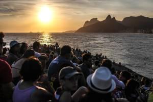 La piedra de Arpoador de Río de Janeiro y su magia cuando el sol se va | Economía | EL PAÍS