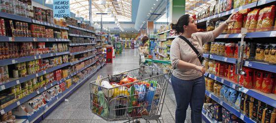 Resultado de imagen para mujer comprando en supermercado
