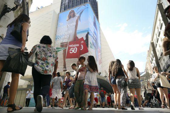 5b9446ca752 La calle Preciados de Madrid en el primer día de rebajas de verano