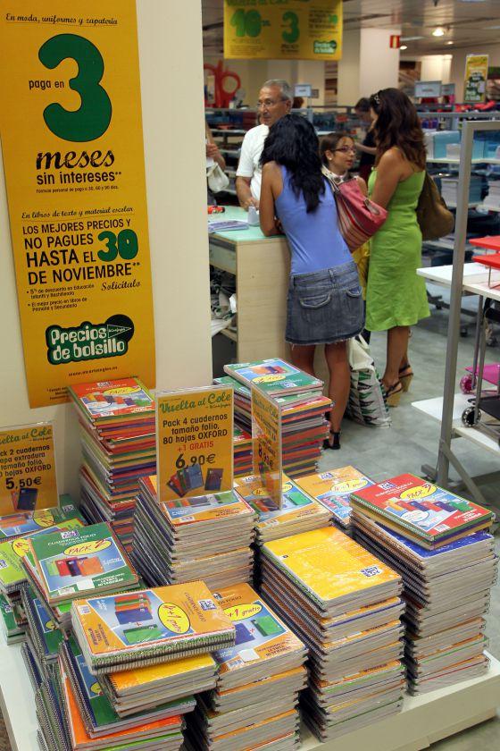 c63807be2dbfa Material escolar para la vuelta al colegio de septiembre en un centro  comercial de Sevilla.