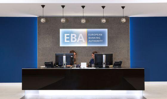 a5b62bca6f822 Dos empleadas de la EBA en su sede londinense.