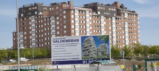 cartel delante de una promocin de viviendas en rgimen de cooperativa en valdebebas madrid