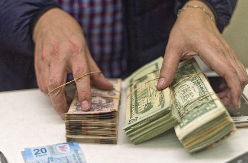 Dólares Y Pesos Mexicanos En Una Casa De Cambio Texas