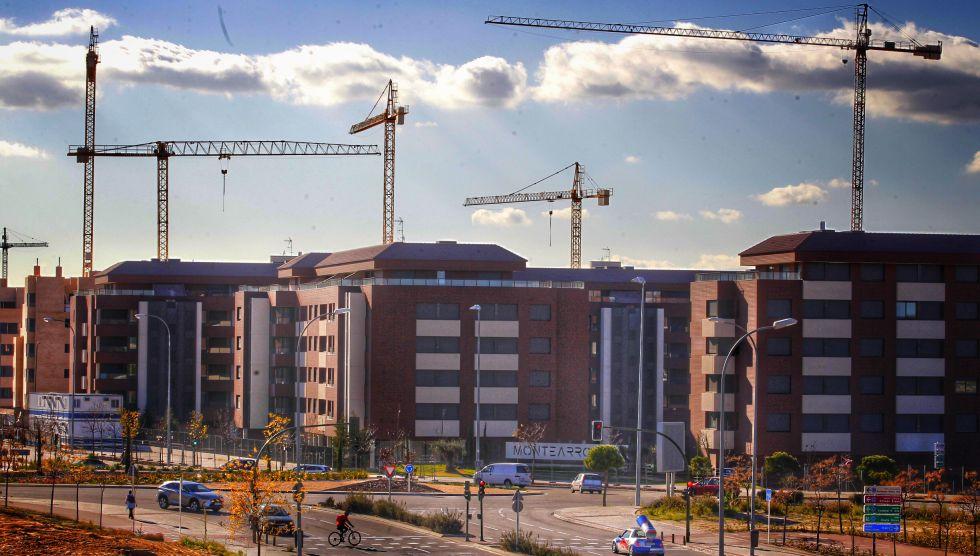 95370912ab002 Grúas en la construcción de una promoción de vivienda nueva en Madrid.