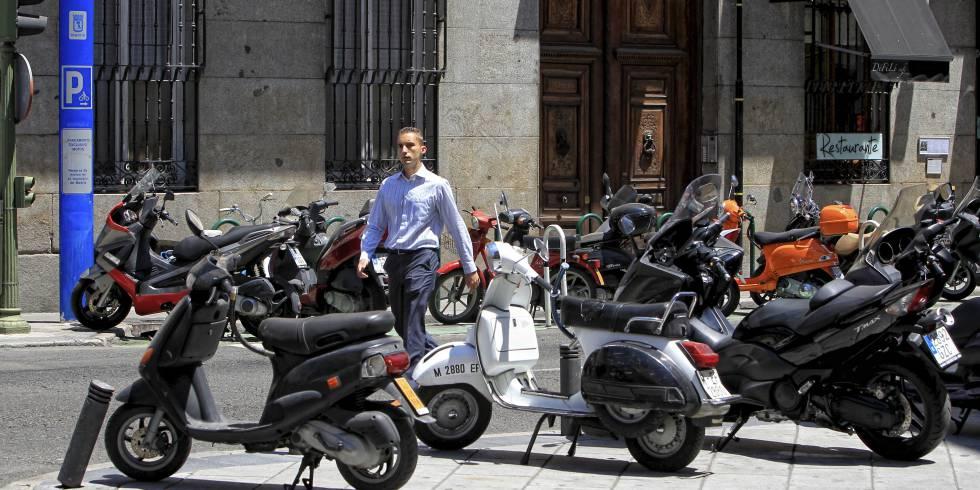 c708cc52f73 Muchos eligen la moto como una opción más económica para sus  desplazamientos.