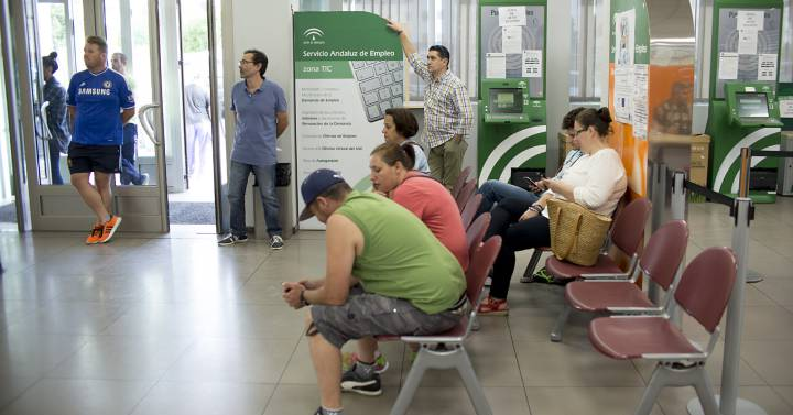 L atur puja a l agost en persones i deixa la taxa for Oficina atur
