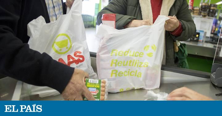 fe327e8f3 Los comercios tendrán que cobrar las bolsas de plástico a partir del 1 de  julio   Economía   EL PAÍS