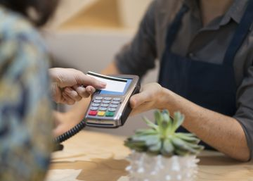 ¿Cuánto te cobra el banco por utilizar la tarjeta en el extranjero?