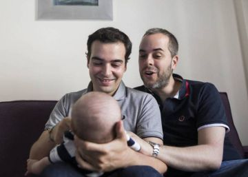 El laberinto legal que sufren las parejas homosexuales para inscribir a sus hijos
