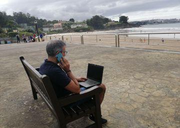 Los fiscalistas alertan: teletrabajar en la playa o el pueblo pone en peligro las deducciones por vivienda habitual