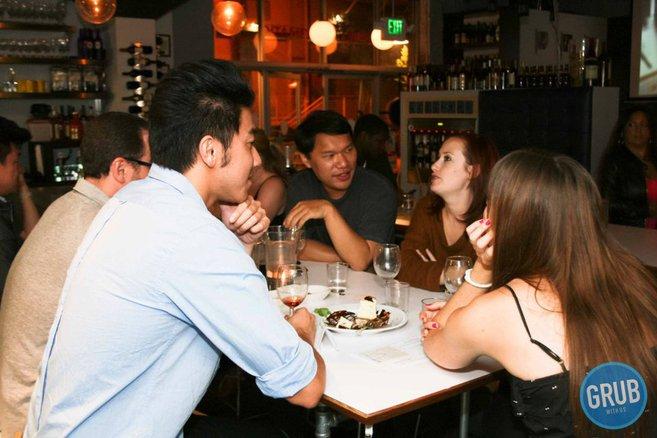 conocer gente cenando