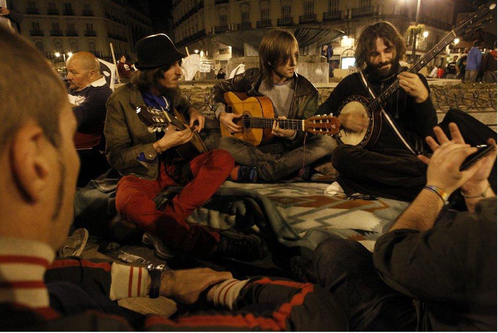 La noche pasa rápido con la música improvisada de algunos de los acampados. La protesta tiene un tono festivo.