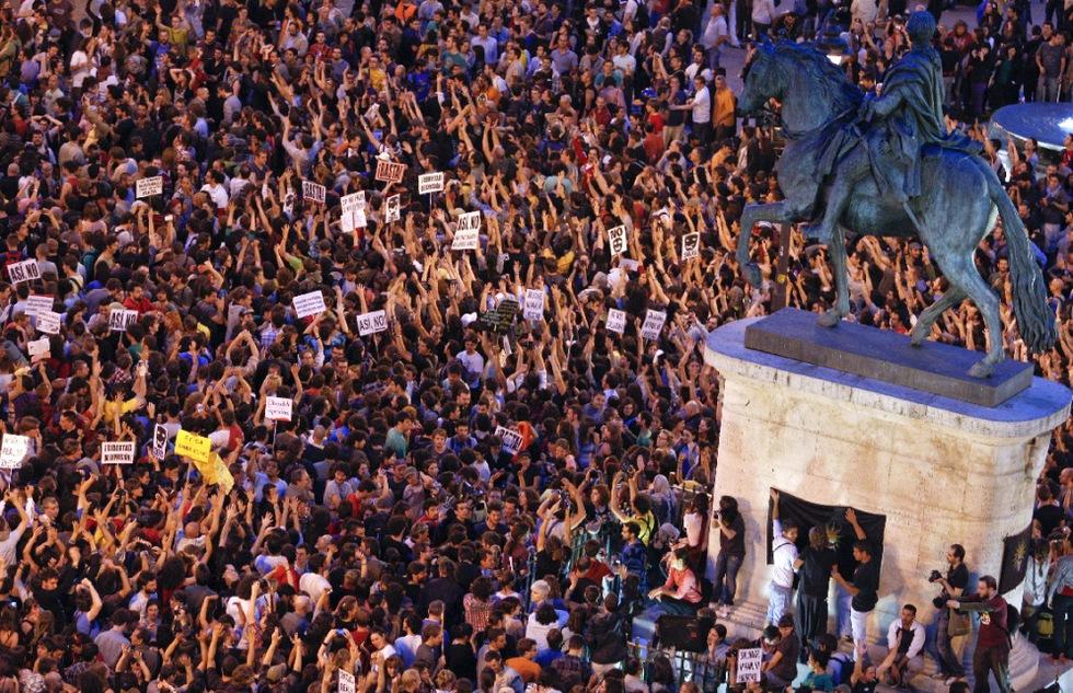 Imagen desde un edificio de la Puerta del Sol desde el que se aprecia la cantidad de gente que abarrota la plaza en la tercera noche de protestas.