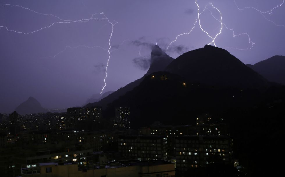 Varios rayos colorean el cielo en los alrededores del cerro de Corcovado en Río de Janeiro (Brasil), 16 de junio de 2014.