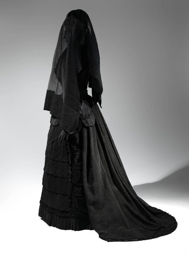 Aparicion de una mujer vestida de negro