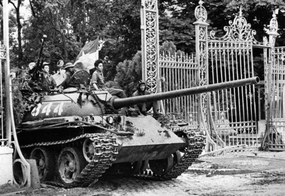 Un tanque del Ejécito de Vietnan del Norte irrumpe en el Palacio Presidencial de Saigón (actual Ho Chi Minh) el 30 de abril de 1975. La guerra había terminado.