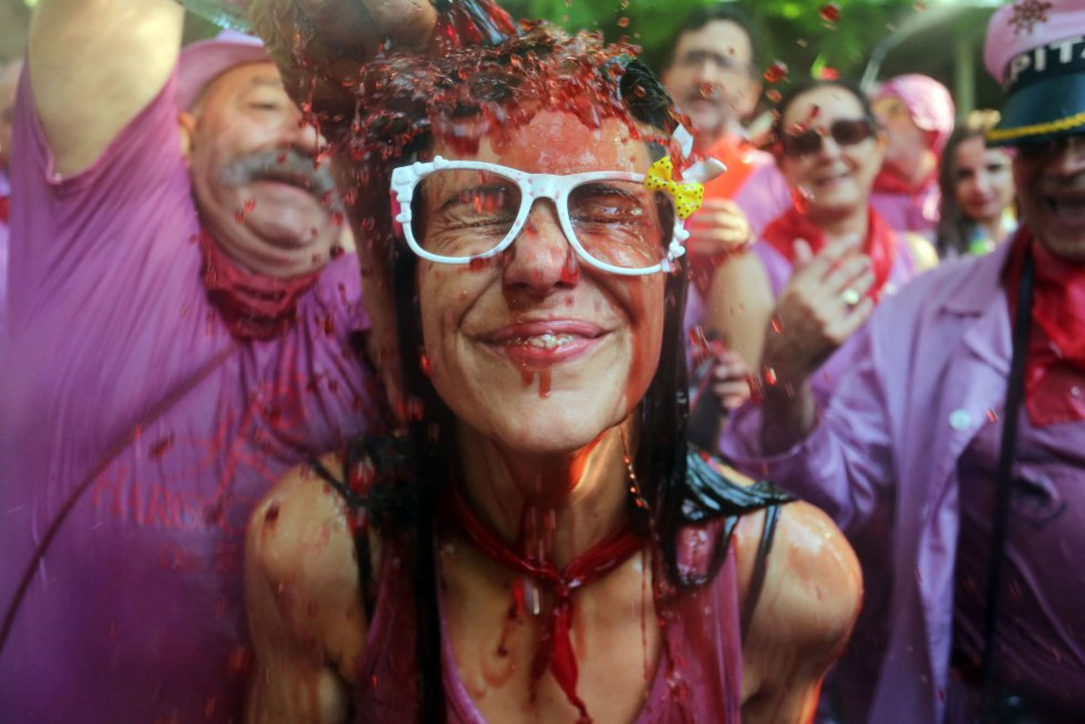 """La alcaldesa de Haro, Laura Rivado, ha explicado que las altas temperaturas han permitido que los """"guerreros"""" hayan disfrutado de la """"batalla"""", en la que se han utilizado armas tan diversas como sulfatadoras, botas y porrones, además del 'brick' grande de plástico."""