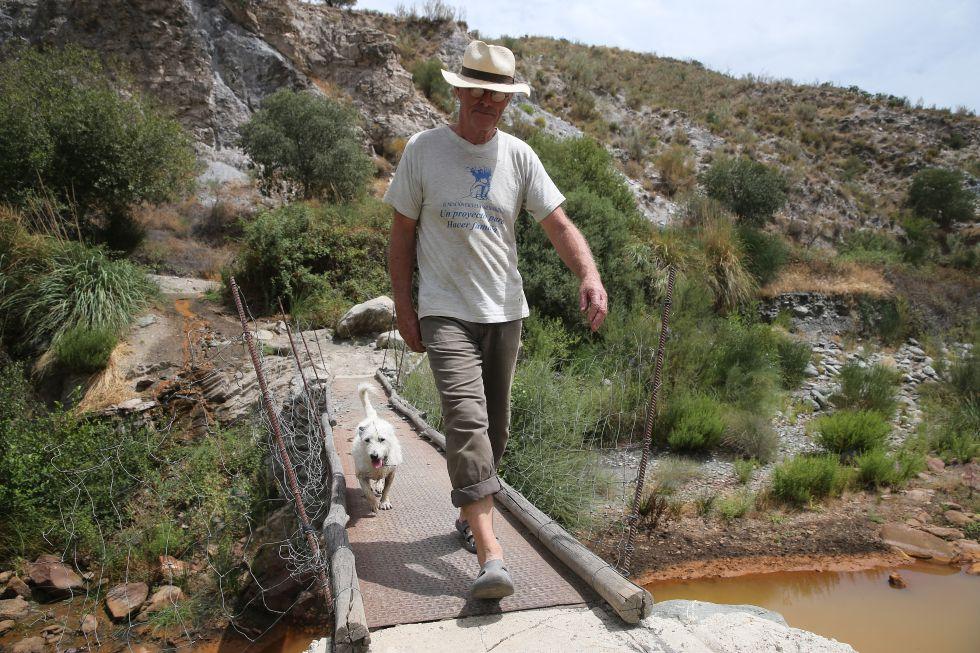 """Chris Stewart cruza el puente separa su valle del camino a la civilización. En 27 años ha construido ocho. Los levantaba en dos días. """"Las crecidas del río son feroces"""". Este es el que más le está durado."""