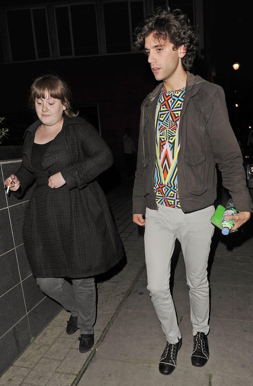 Tras su éxito, Adele comienza a rodearse de amigos famosos del gremio, como Mika. Aquí se ve a ambos entrando en un club nocturno en Londres. Adele ha dejado de fumar como parte de su dieta y en favor de su salud.