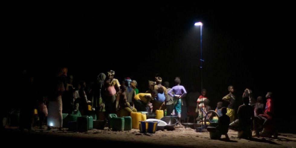 new concept 88a37 5efd2 Lámpara portátil  luz colectiva  en una aldea de ...