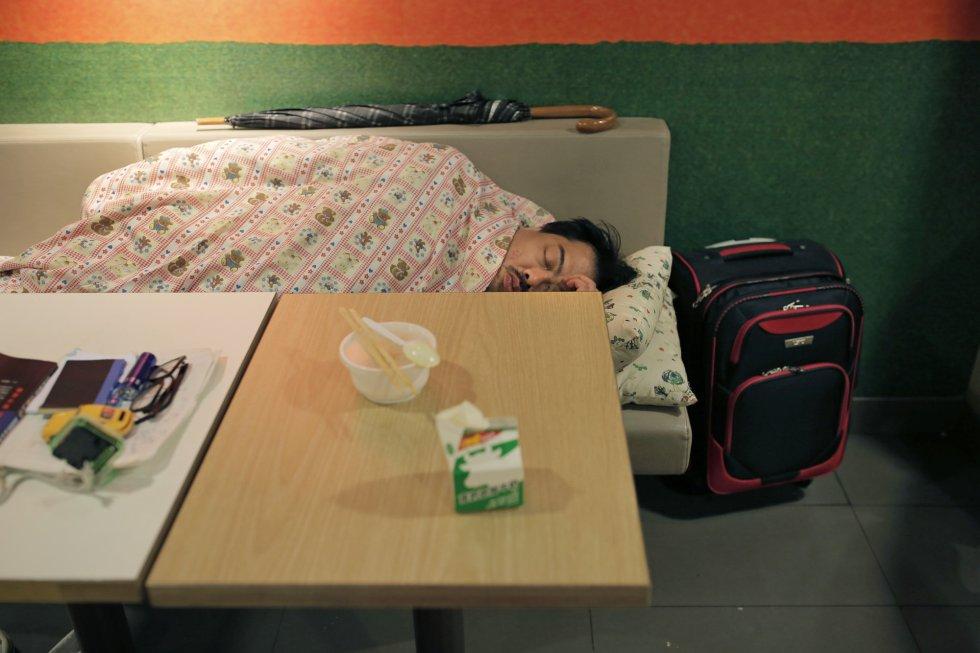 Muitos dos que dormem nesses sítios têm trabalho e família, mas não ganham o bastante para ter um teto.