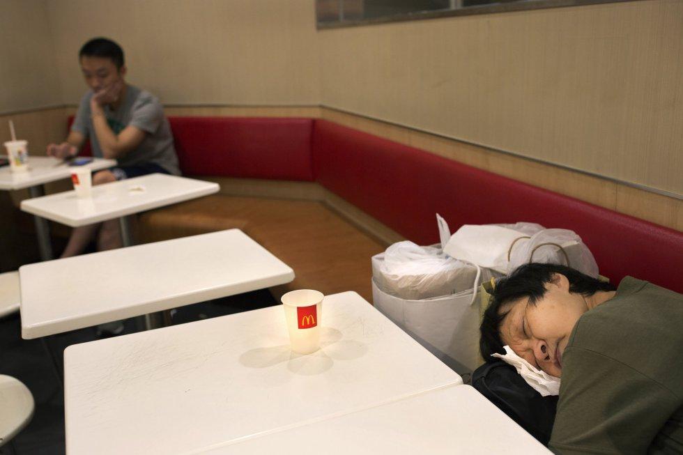 O fotógrafo Vincent Yu percorreu alguns dos McDonald´s em Hong Kong para mostrar a situação que vivem os sem teto. Na imagem, uma mulher dorme em um dos estabelecimentos.