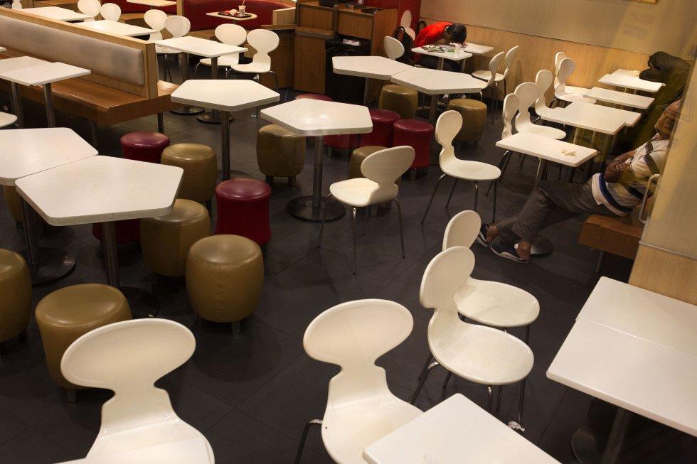 Os McRefugiados costumam jantar e, depois, convertem o McDonald´s em um local para dormir. Na manhã seguinte, muitos utilizam o banho do local, tomam café e saem rumo a seus trabalhos.