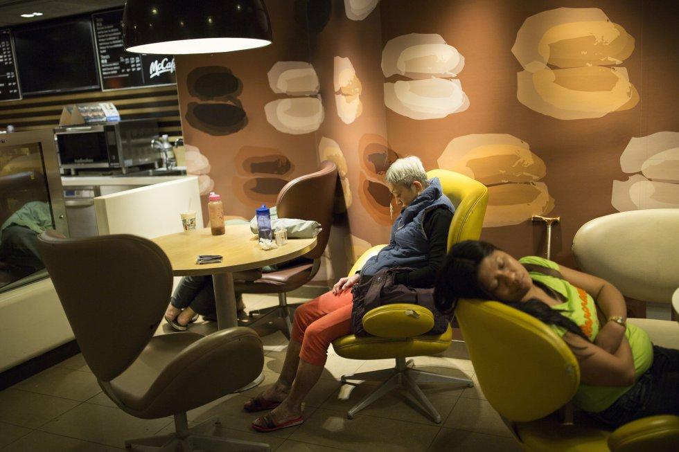 Há dois termos que começaram a ser utilizados para quem dormem nos McDonald´s: 'McSleepers' (em referência aos que dormem nas lanchonetes) e 'McRefugees' (McRefugiado, na tradução). Na imagem, um grupo de pessoas dorme em um estabelecimento da rede em Hong Kong.