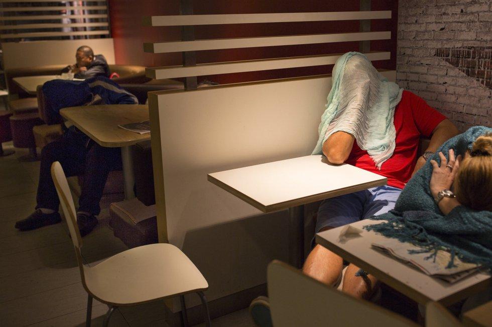 Segundo os meios de comunicação locais, a cada noite dormem entre 10 e 20 pessoas em cada um desses estabelecimento em Hong Kong.