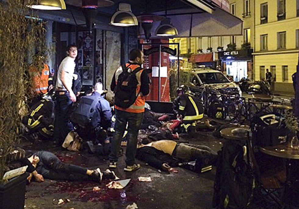 Varias Victimas De Los Ataquesas Yacen En La Acera Del Restaurante La Belle Equipe En