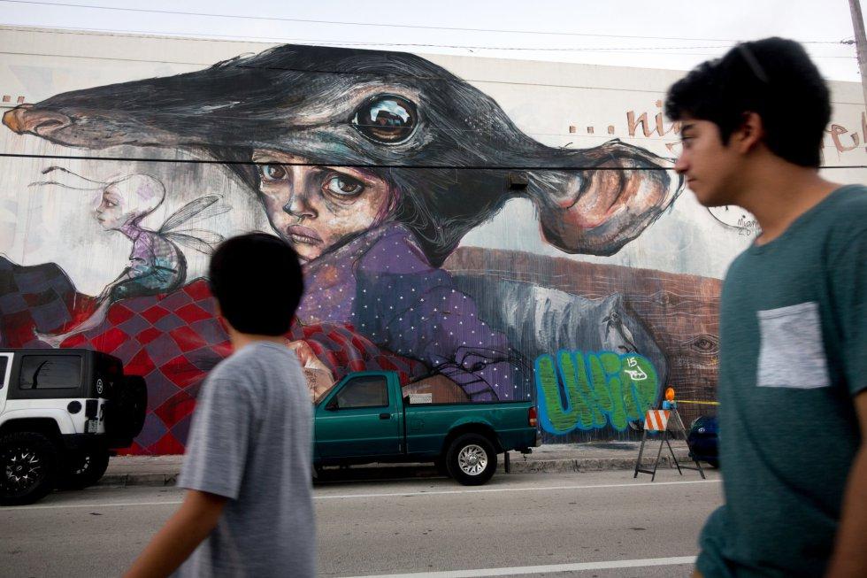 Arte por distintos artistas adornan las paredes de los edificios que forman el popular barrio Wynwood en Miami.