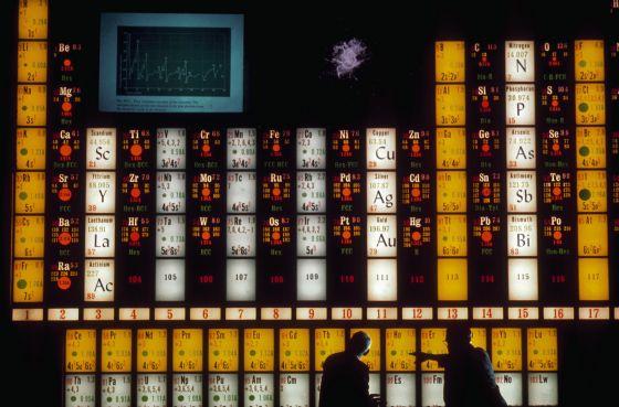 Un laboratorio de japn se atribuye el elemento 113 de la tabla dos cientficos usan una tabla peridica para hablar sobre el elemento holmio en el lawrence hall urtaz Choice Image