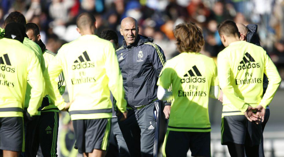 Zinedine Zidane charla con los jugadores del primer equipo en Valdebebas. e53d84abbcb41