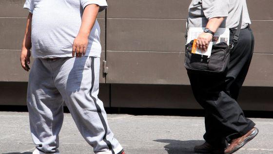 una persona obesa y sobrepeso