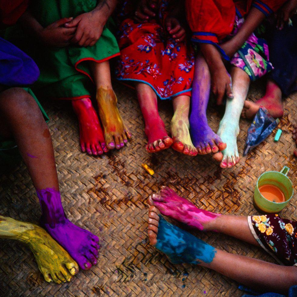 Los niños huicholes en México se reúnen para pintar sus pies con tiza y pinturas en