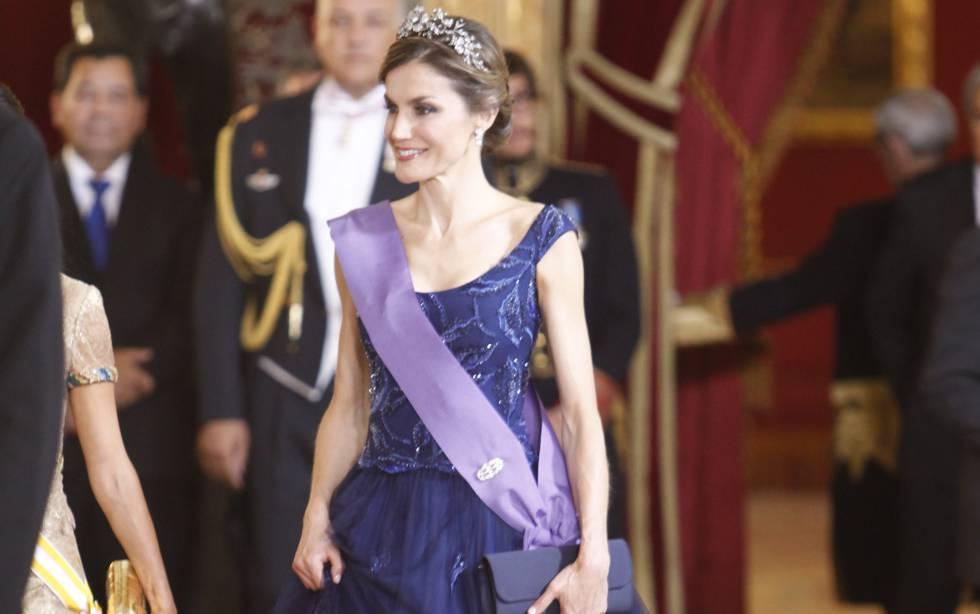 ba44f1ec4e La Reina Letizia con un vestido de gala firmado por Felipe Varela