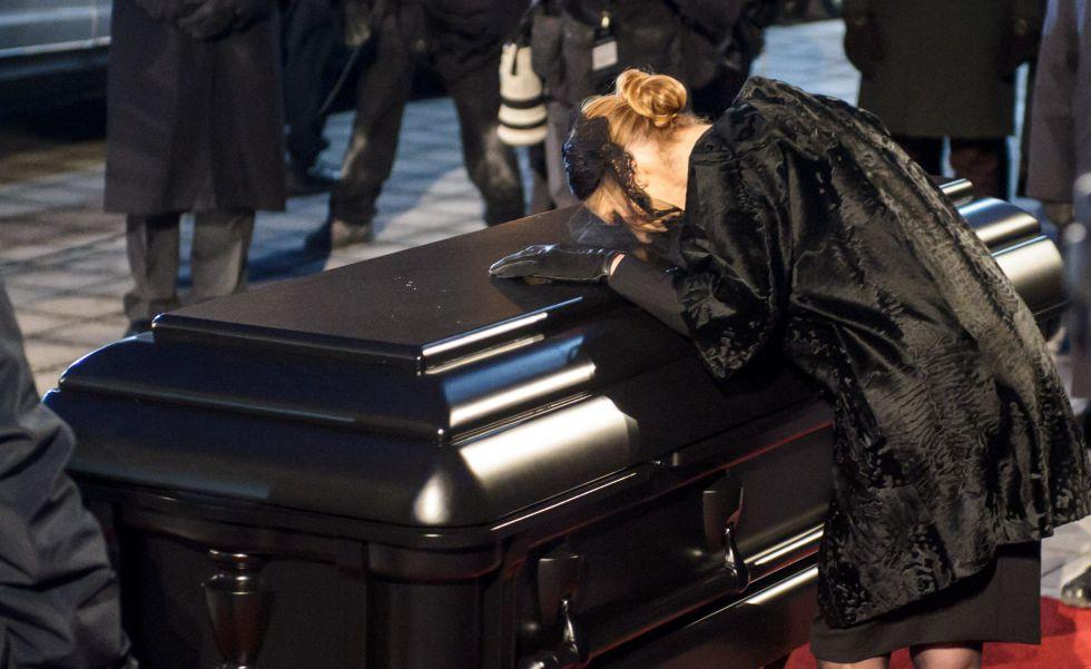 3fe823371c3 Céline Dion llora a su marido durante el funeral.