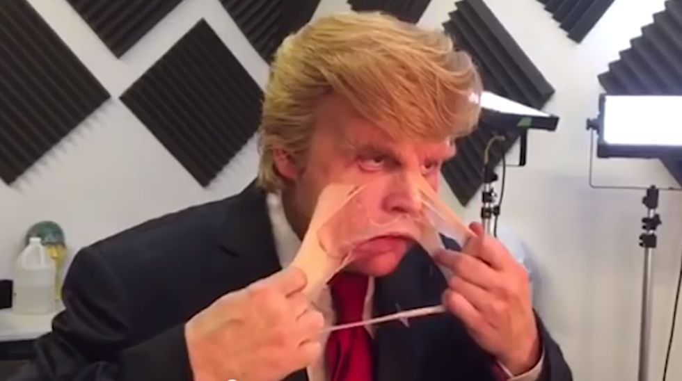 Vídeo: Johnny Depp se arranca la careta de Donald Trump con