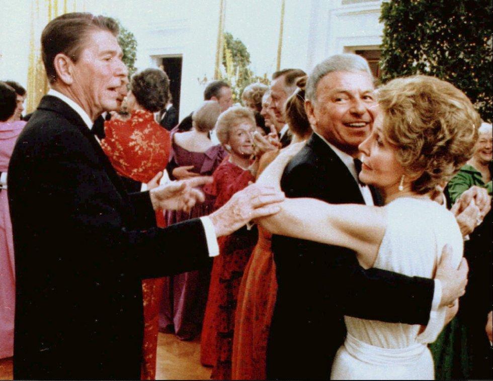 6 de febrero de 1982. Frank Sinatra bailando con Nancy Reagan, en presencia del presidente de los Estados Unidos, Ronald Reagan.
