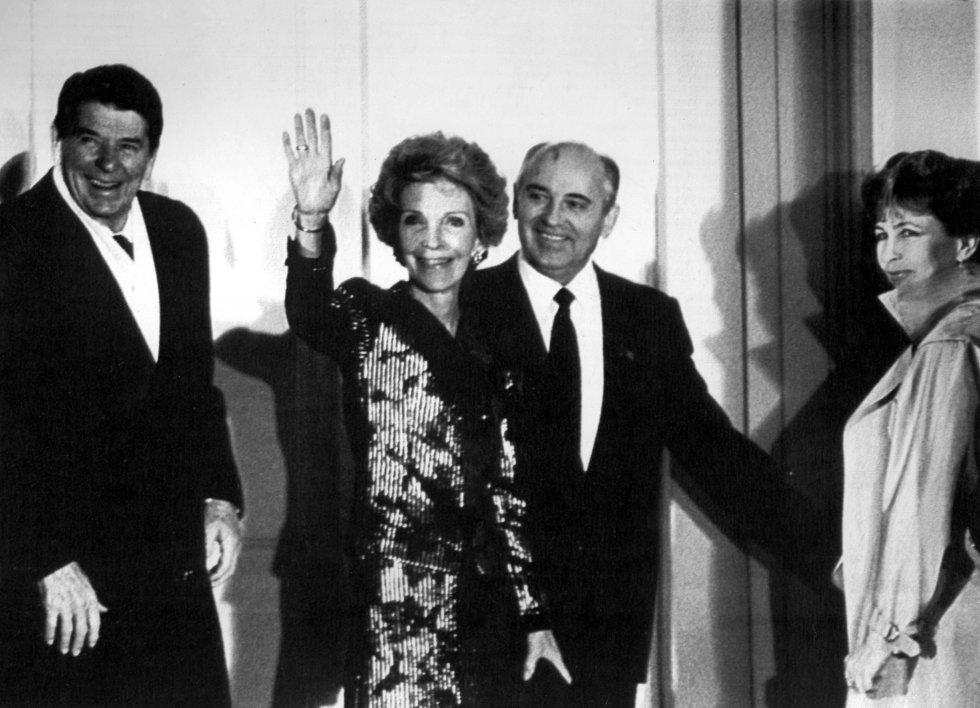 19 de noviembre de 1985. El presidente de los Estados Unidos, Ronald Reagan, y su mujer, Nancy Reagan, recibidos por el presidente soviético, Mijail Gorbachov, y su mujer, Raisa Gorbachov, durante un encuentro de ambos mandatarios en Ginebra (Suiza).