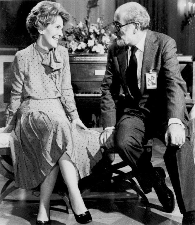 En la fotografía, de 1981, Nancy Reagan está sentada junto al compositor y director Jack Elliott en la Sala Este de la Casa Blanca en Washington. Al llegar a la capital de EE UU en 1981, Nancy Reagan eliminó de un plumazo la sobriedad impuesta por Jackie Kennedy.